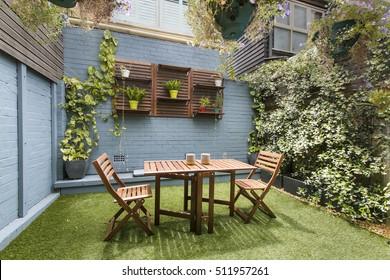 Hinterhof mit Gartensitzplatz und Grill mit Familie. schönes Haus