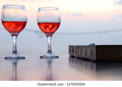 backgammon with two glass of wine