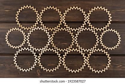 Hintergrund von geschnitzten Holzkreisen. schöne Vintage-Holzmuster. Laser-Holzschnitzerei. Rundholzrahmen