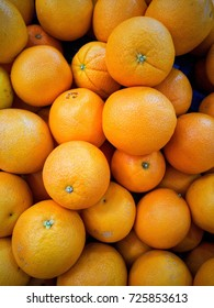 Background picture of oranges on display in suppermarket.