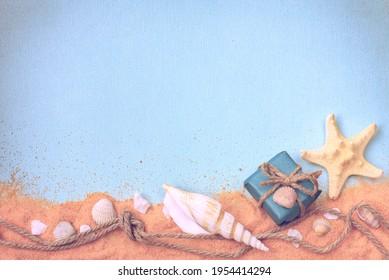 fondo con conchas, arena, caja de regalo, cuerda con nudo, espacio vacío para texto, banner de vacaciones, papel texturado
