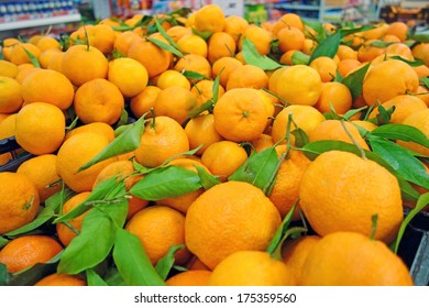 Background of tangerines with leaves  in supermarkets