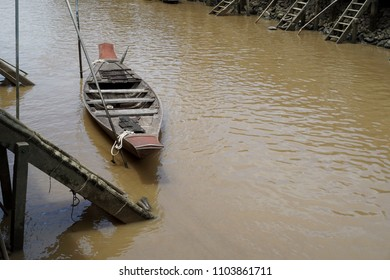 Backgrounds Old Wooden boat In canal