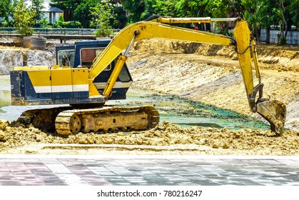 Backhoe is updating the land. For the construction of a resting place