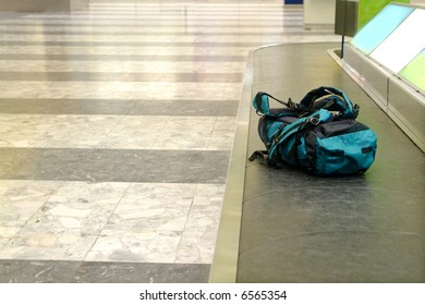 a backpack lies on the conveyor in arrival hall