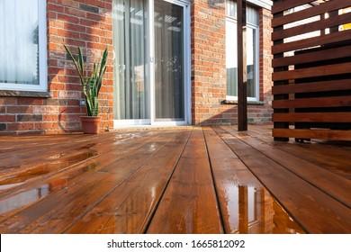 Holzdecktplatten im Hinterhof mit frisch braunem Fleck, Draufsicht
