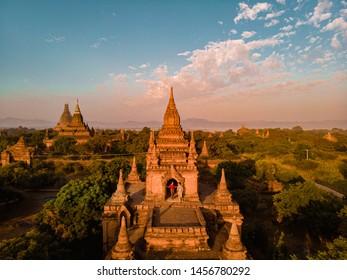 Bagan Myanmar , joven pareja de vacaciones en el histórico patrimonio de la Unesco en Pagan Myanmar