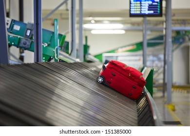 Baggage sorting - Baggage on conveyor belt at the airport