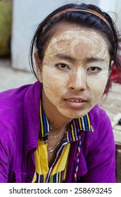 BAGO  MYANMAR - Mach 4  2015, Girl use tanaka for skin care the traditional of Myanmar - An unidentified girl at Buddihist temple on Mach 4, 2015 in Bago, Myanmar , Use for editorial only.