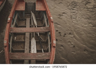 BAHIA BLANCA, ARGENTINA - Mar 08, 2020: Bote de madera, amarrado al muelle, se encuentra con marea baja en el cual se llega a apreciar cangrejos