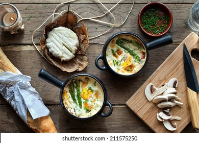 Baked eggs in two black pots