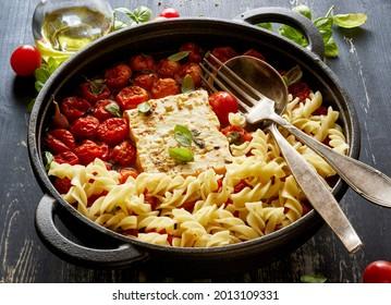Pâtes de feta cuites avec tomates et herbes de cerise, vue en gros plan