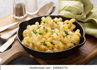 Baked macaroni and cheese in a cast iron pan