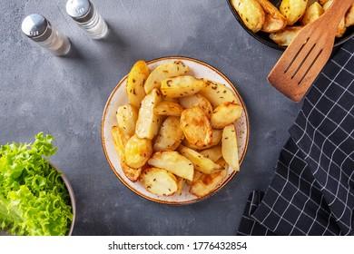 Backed Potato mit Thyme auf einem Teller. Draufsicht