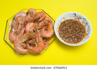 Baked shrimp Seafood sauce, delicious seafood with yellow background.