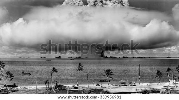 La prueba BAKER de la Operación Crossroads, 25 de julio de 1946. Segundos después de que la columna de agua se elevó, y formó una nube de condensación, se cayó de vuelta, desatando una oleada de base ondulante que formaba un muro de 500 pies de altura