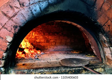 Baking a pizza at Cafe Xtasi in the Oven in Pondicherry (Puducherry), India