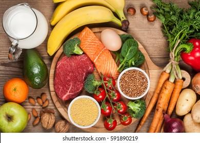 Alimentación equilibrada - alimentos saludables en mesa de madera