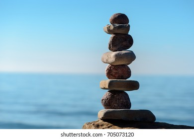 Balancing of round and flat stones