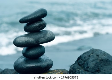 Balancing stones arranged in a pyramid shape
