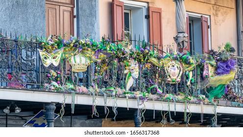 ルイジアナ州マルディグラのイベントに飾られた、ニューオーリンズのバルコニー。