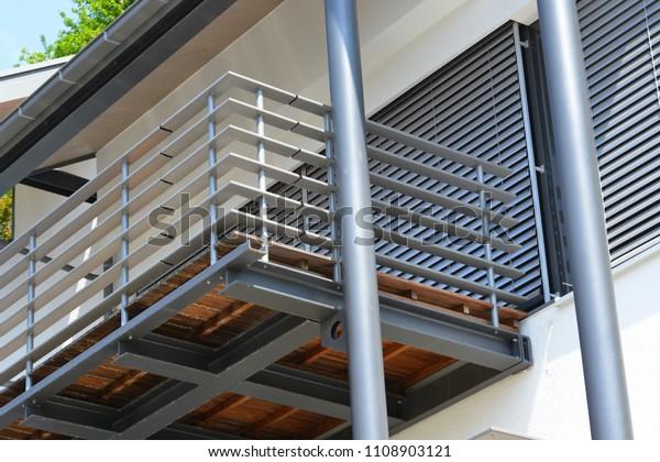 Balkon mit Handläufen aus hochwertigem Stahl vor einem modernen Wohngebäude
