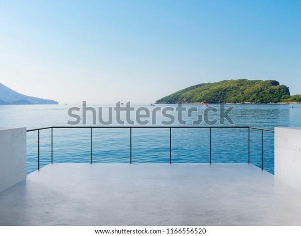 Балкон Вид на Море и Горы Пейзаж В Солнечный День