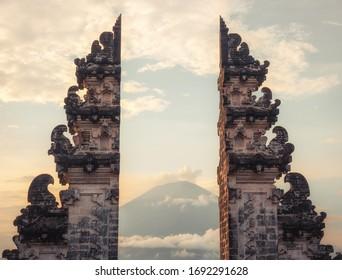Le temple de Bali gates Lempuyang avec vue sur le mont du volcan Agung au coucher du soleil
