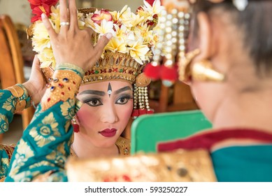balinese legong dancers prepare for their stage