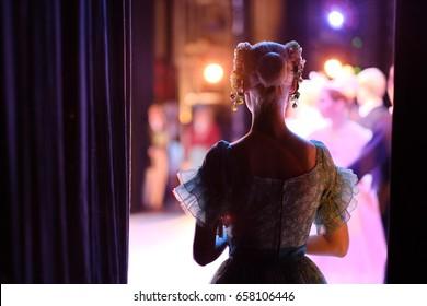 Eine Ballerina, die auf den Zeitpunkt des Eintritts in das Spiel wartet