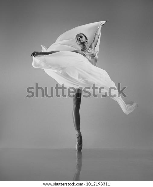 Балерина с белой летающей тканью