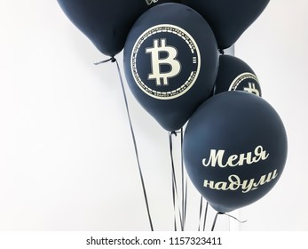 Balloons with the inscription I was deceived, at the funkoin funeral due to a fall in the rate of crypto-currencies.
