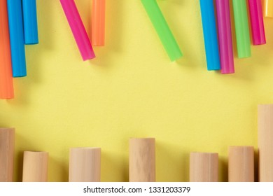 Bamboo and plastic straws standing against each other with blank place between them