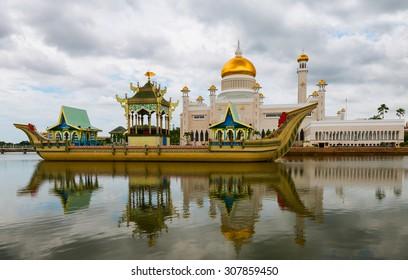 BANDAR SERI BEGAWAN(BSB), BRUNEI-MARCH. 6:Masjid Sultan Omar Ali Saifuddin Mosque and royal barge in BSB, Brunei March 6, 2015.