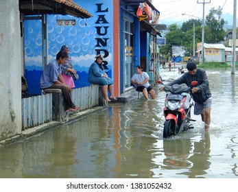 Bandung District - West Java: The overflow flood of the Citarum River again submerged a number of areas in Dayeuhkolot, Bandung Regency, Monday (04/08/2017) after heavy rains.