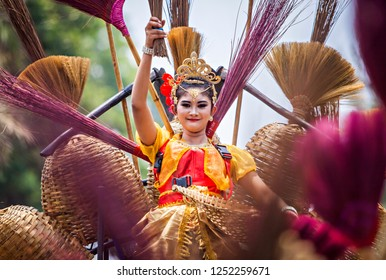 Bandung, Indonesia : Jaipongan Dancers with traditional costume from West Java, Performing  in Cultural festival and parade that held in Bandung, west Java, Indonesia (11/2015).