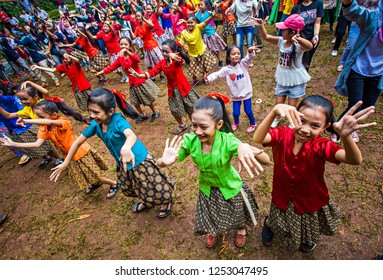 Bandung, Indonesia : Jaipongan Dancers with traditional costume from West Java, Performing  in Cultural festival and parade that held in Bandung, west Java, Indonesia (11/2017).