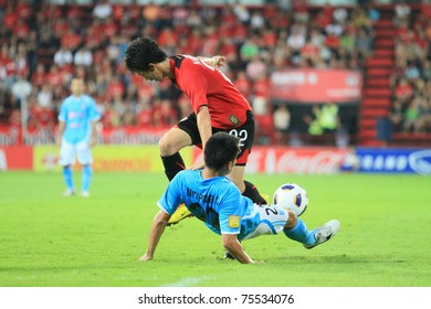 BANGKOK - APR 17 : N.Aromsawa(red) in action during Thai Premier League (TPL) between Muang Thong utd (Red) vs SCG Samutsongkram Fc (Blue) on April 17, 2011 at Yamaha Stadium Bangkok, Thailand
