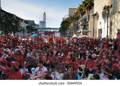 BANGKOK - APRIL 7:Red-shirt protesters at Ratchaprasong intersection April 7, 2010 in Bangkok, Thailand