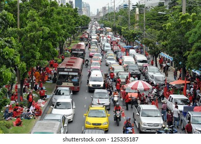 BANGKOK - AUG 9: Traffic builds up outside the Criminal Court as red-shirt protesters rally at the court in opposition to revoking bail of key red-shirt leaders on Aug 9, 2012 in Bangkok, Thailand.