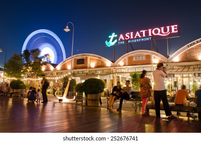 BANGKOK - FEBRUARY 8 : ASIATIQUE The Riverfront Factory District on February 8, 2015 in Bangkok, Thailand. Many tourist come to shoping and see river viewpoint on night