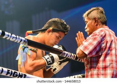 BANGKOK - JUNE 29 : Coach Praying before the match for Sudsakorn Sor. Klinmee of Thailand in Thai Fight Extreme 2013 on June 29, 2013 at MCC Hall, The Mall, Bangkapi, Bangkok, Thailand.