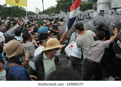 BANGKOK - NOV 24: Nationalist anti-government protesters from Pitak Siam clash with riot police at a rally on Makhawan Bridge on Nov 24, 2012 in Bangkok, Thailand.
