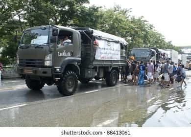 BANGKOK - NOV 5 : Unidentified people sit and stand in big truck to escape rising flood waters at Viphawadee Road,  Thung song hong  in Bangkok, Thailand on November 5, 2011