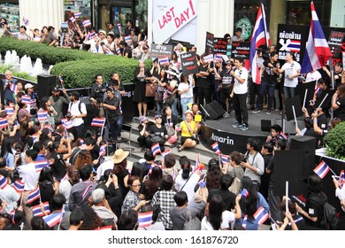 BANGKOK - NOVEMBER 7, 2013 : Anti-government protesters protest by against the amnesty bill at Amarin Department Store on November 7, 2013 in Bangkok, Thailand.