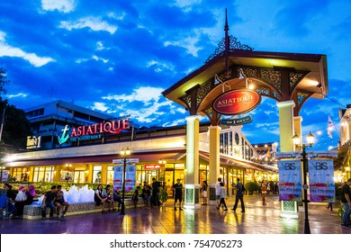 BANGKOK - OCT 18 : ASIATIQUE The Riverfront in Bangkok, the most popular shopping experiences in the city on October 18, 2017 There are more than 500 shops inside the Asiatique The Riverfront.