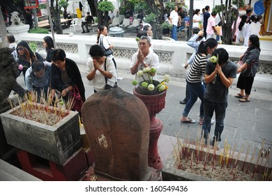 BANGKOK - OCT 25: Unidentified mourners make merit at Wat Bovoranives Buddhist temple where the body of Supreme Patriarch Somdet Phra Nyanasamvara lies in state on Oct 25, 2013 in Bangkok, Thailand.