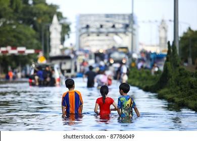 BANGKOK - OCT 31: Krung Thon Bridge on Oct 31, 2011 in Bang Plat, Bangkok, Thailand. Thai Flood 2011