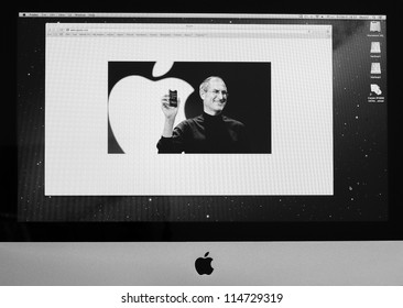 BANGKOK - OCTOBER 5 : Apple website display one year memorial of Steve Jobs who die on October 5, 2011 with photo of him on their home page on Apple computer screen. October 5, 2012 in Bangkok