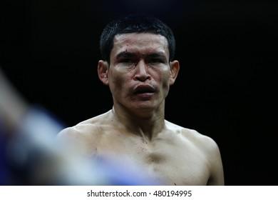 BANGKOK - SEP4:Manasak Pin Sin Chai (Red) fights with Phet Dam Phetyindiacademy in thai boxing competition - Battle Of Petchwised at Rajadamnern stadium on September 4,2016 in Bangkok.